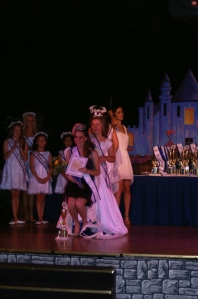 Robyn being crowned by 2012 Ambassador Randi Walston